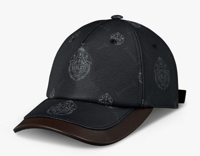 有皮革装饰的经典帆布帽子